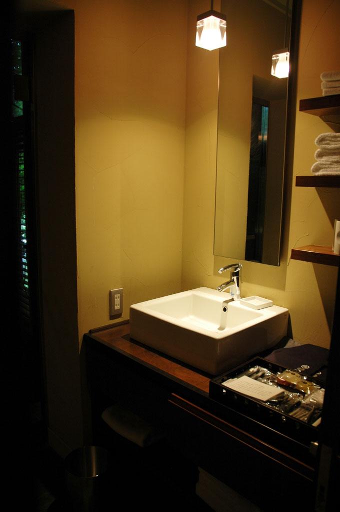 星のや軽井沢の洗面台横にあるアメニティ