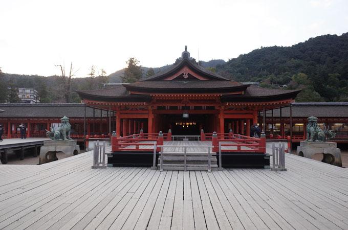 早朝の厳島神社 拝殿