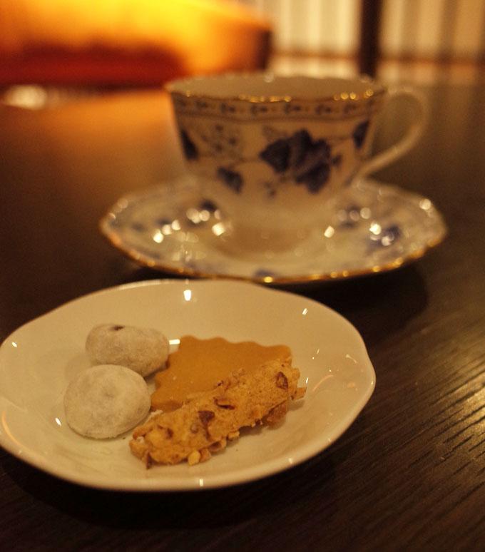 中の坊瑞苑のロビーラウンジのドリンクと小菓子