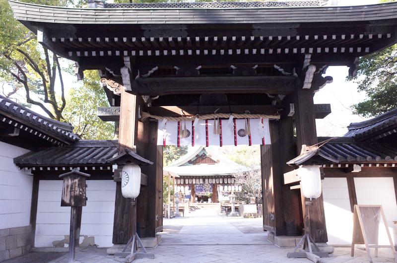 白峯神宮の門