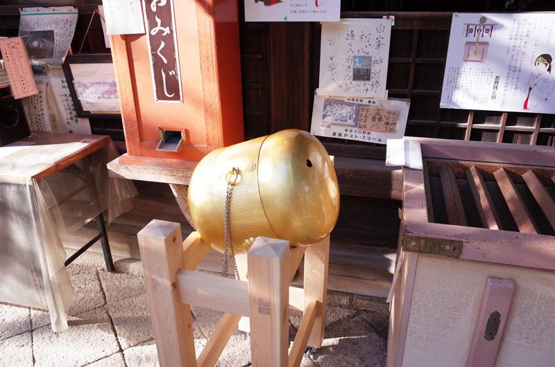 白峯神宮本殿前の金色の蹴鞠