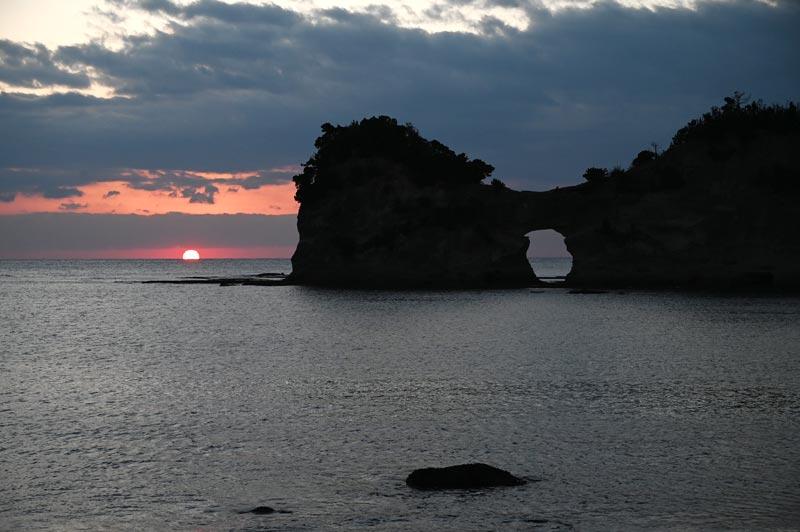 円月島と水平線に沈む夕日