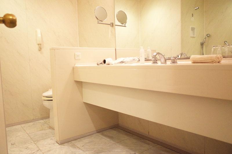 神戸メリケンパークオリエンタルホテルの洗面台とトイレ